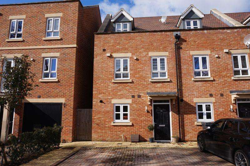 3 Bedrooms Terraced House for sale in Denman Drive, Newbury