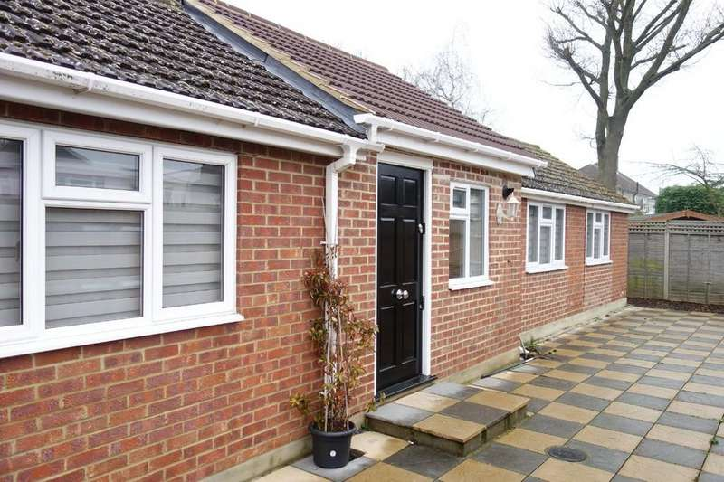 2 Bedrooms Detached Bungalow for sale in Cuffley Hill, Goffs Oak