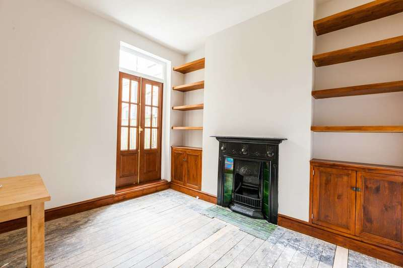 3 Bedrooms Flat for sale in Lyham Road, Brixton Hill, SW2