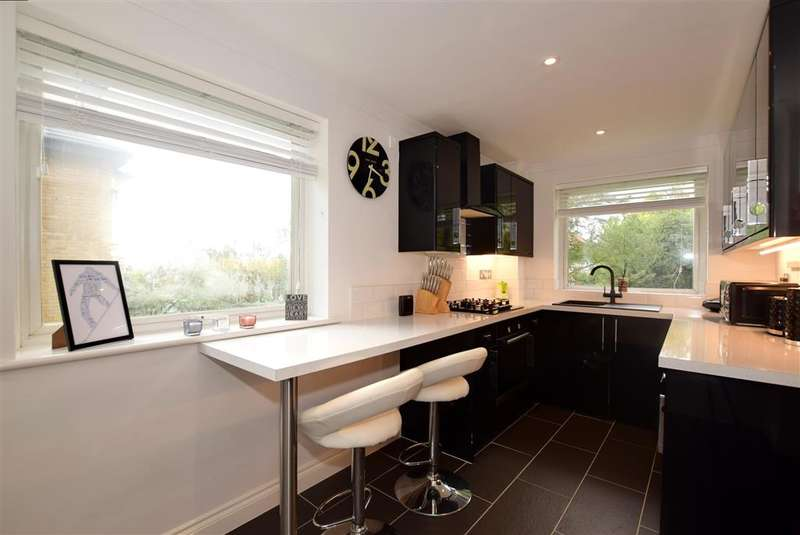 2 Bedrooms Apartment Flat for sale in London Road, , Brentwood, Essex