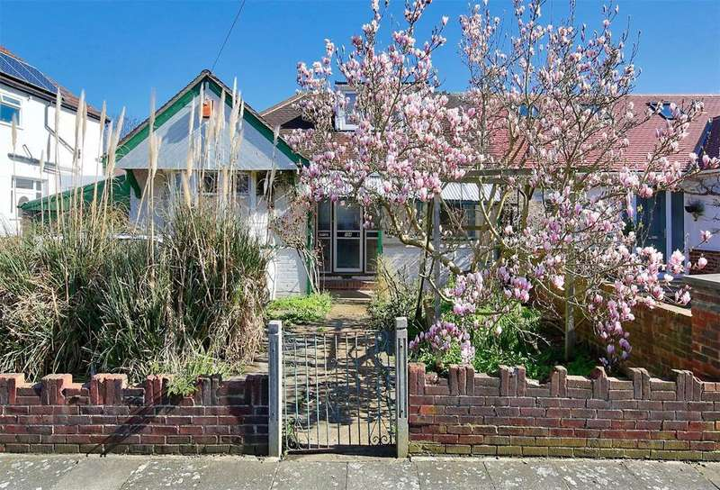 3 Bedrooms Semi Detached House for sale in Ellerman Avenue, Whitton, TW2