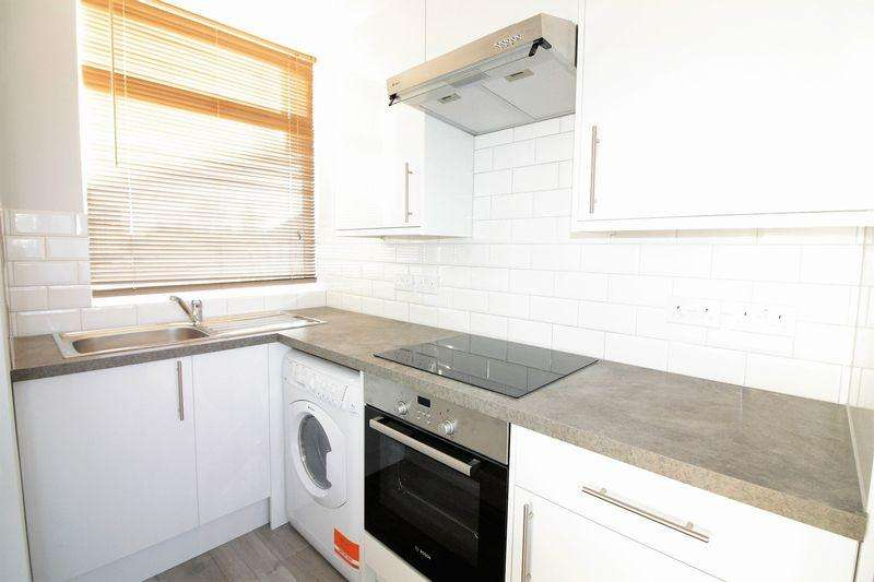 4 Bedrooms Maisonette Flat for rent in Bethnal Green Road E2