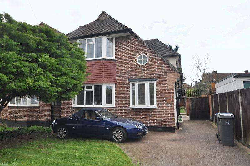 3 Bedrooms Detached House for sale in Rarely available. Welbeck Close, New Malden