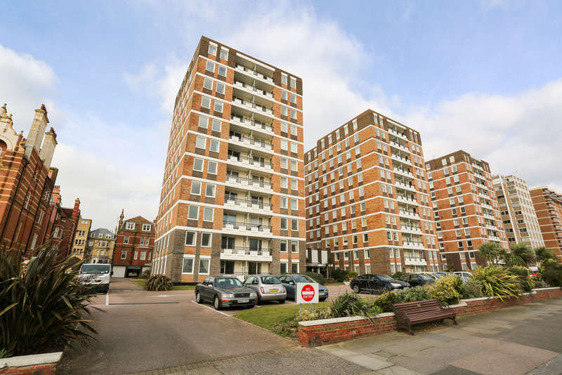 3 Bedrooms Flat for sale in Grand Avenue, Hove, BN3 2NN