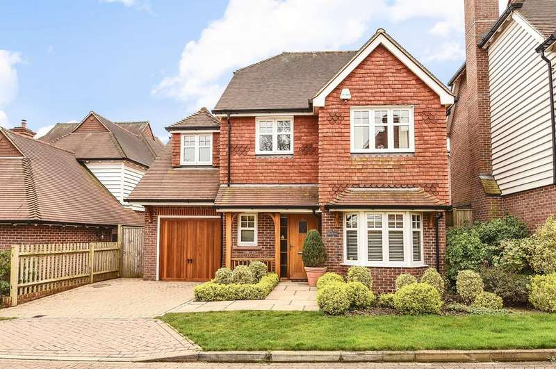 4 Bedrooms Detached House for sale in Farthings Walk, Horsham, RH12