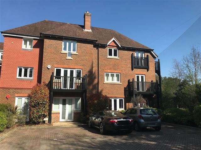 2 Bedrooms Apartment Flat for sale in Lampson Court, Copthorne Common, Copthorne, Crawley, West Sussex, RH10 3SL