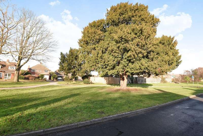 4 Bedrooms Detached House for sale in Lower Sunbury, Sunbury on Thames, TW16