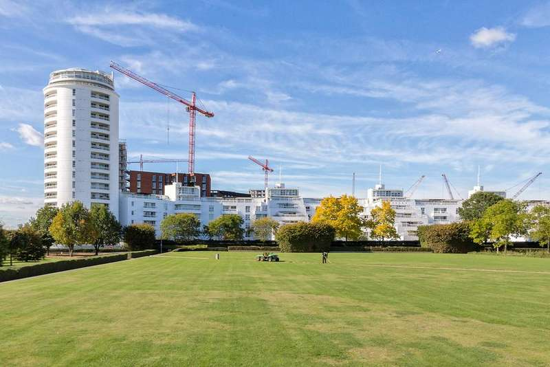 2 Bedrooms Apartment Flat for sale in Barrier Point Road, LONDON, E16
