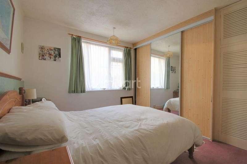 4 Bedrooms End Of Terrace House for sale in Roberts Road, Rainham