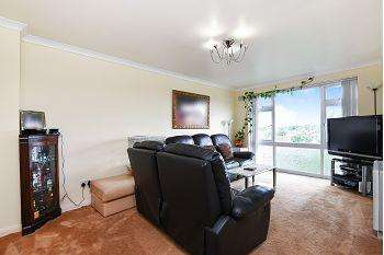 2 Bedrooms Flat for sale in Furrow Way, Maidenhead