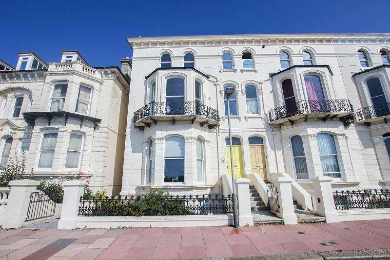 3 Bedrooms Flat for sale in The Penthouse, White Rock Gardens, Hastings, East Sussex.
