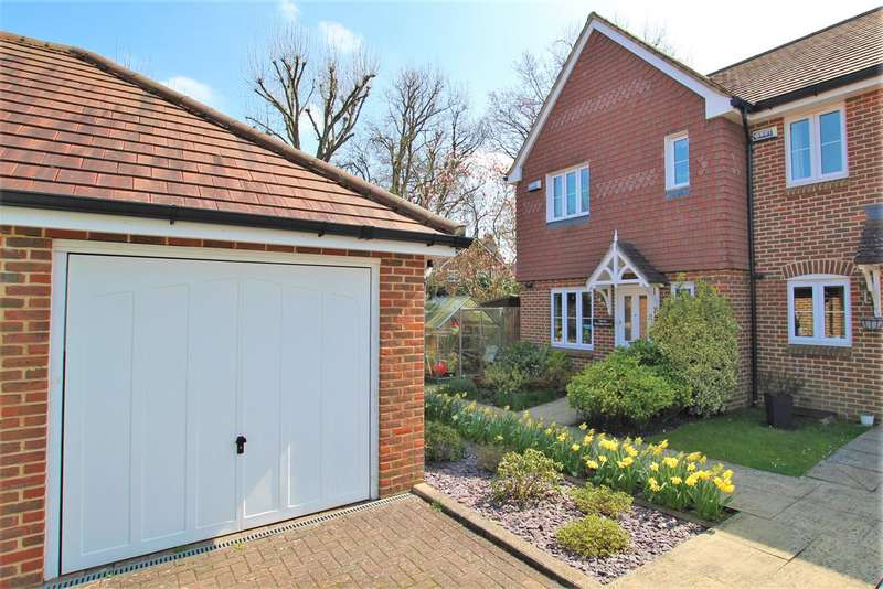 3 Bedrooms Semi Detached House for sale in Woodpeckers, Southwater, Horsham