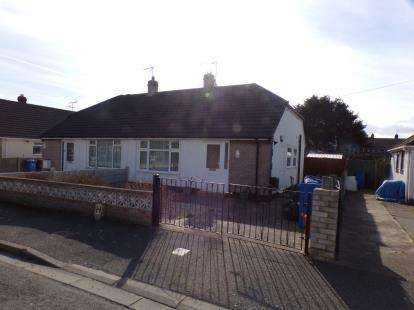 2 Bedrooms Bungalow for sale in Seabank Drive, Prestatyn, Denbighshire, Uk, LL19