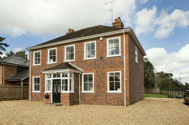 4 Bedrooms Detached House for sale in Clares Green Road, Spencers Wood