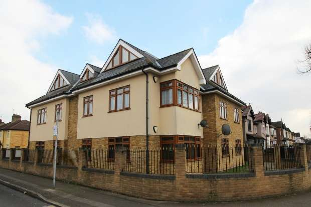 2 Bedrooms Flat for sale in Kelly Jay Court, Romford, Essex, RM7 7JB