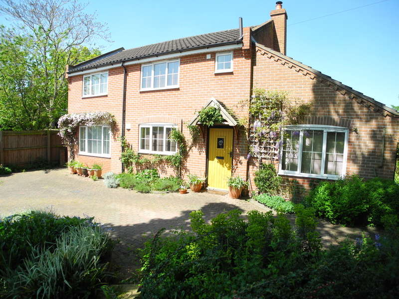 3 Bedrooms Detached House for sale in The Street, Earsham, Bungay