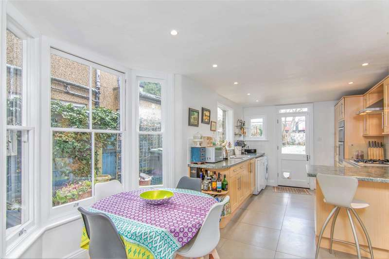 4 Bedrooms Terraced House for sale in Whittington Road Bowes Park London