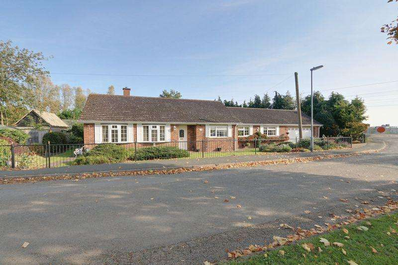 4 Bedrooms Detached Bungalow for sale in Holt Fen, Little Thetford