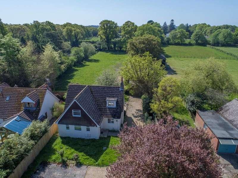 3 Bedrooms Chalet House for sale in Bisterne Close, Burley, Ringwood, BH24