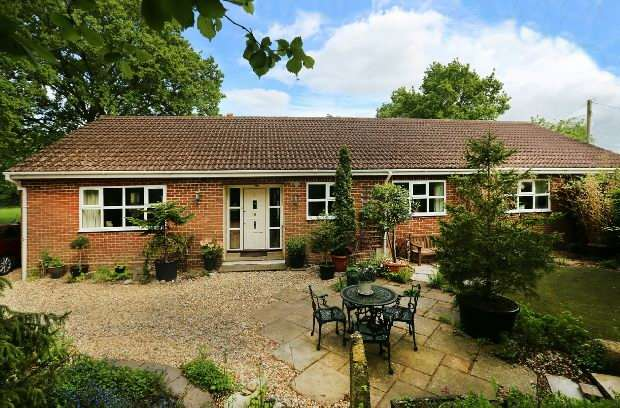 4 Bedrooms Detached House for sale in Spring Lane, Mortimer Common, Reading