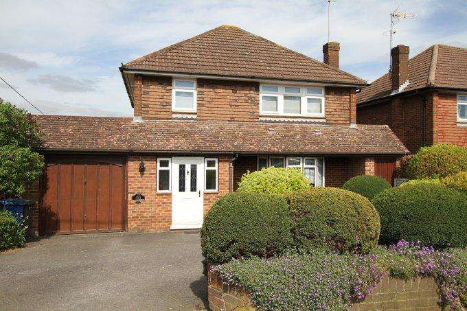 3 Bedrooms Detached House for sale in High Road, COOKHAM RISE, SL6