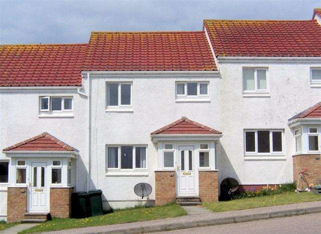 3 Bedrooms Terraced House for sale in 36 Sound of Kintyre, Machrihanish, PA28 6NZ