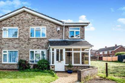 3 Bedrooms Semi Detached House for sale in Ivel Close, Brickhill, Bedford, Bedfordshire