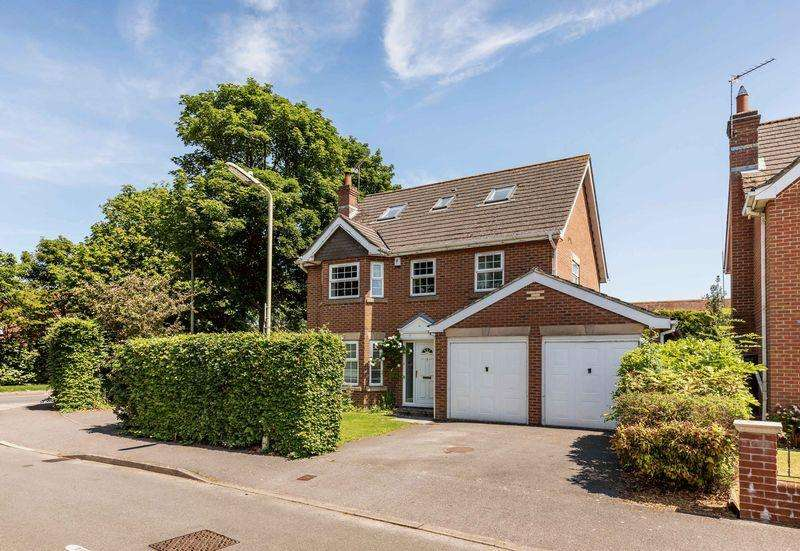 5 Bedrooms Detached House for sale in Claremont Gardens, Purbrook, Waterloovile