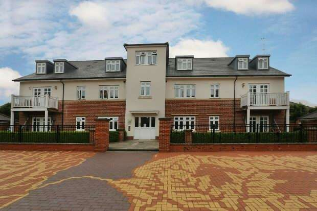 2 Bedrooms Flat for sale in Gabriels Square, Lower Earley, Reading