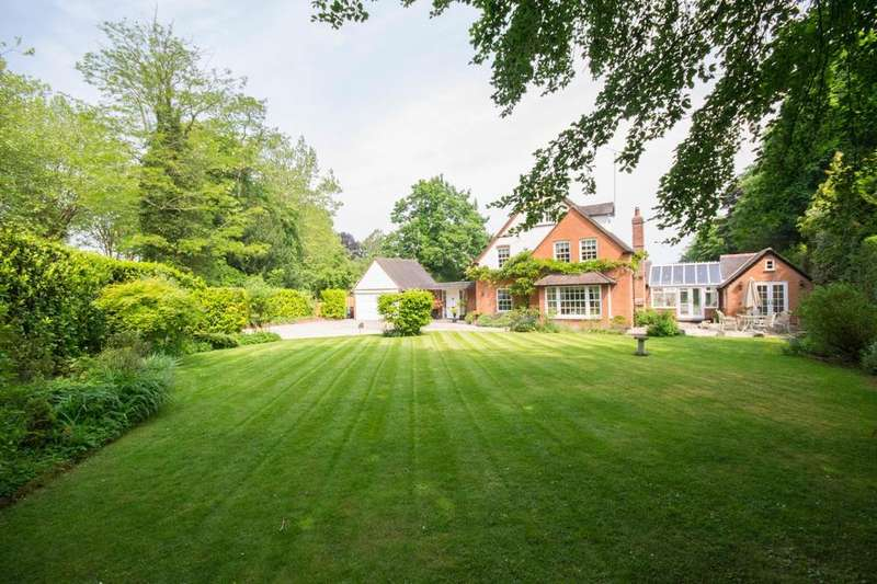 5 Bedrooms Detached House for sale in Mount Avenue, Hutton Mount, Brentwood, Essex, CM13