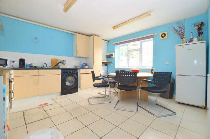 4 Bedrooms Terraced House for sale in Marlow Avenue, Luton, LU1 1TN