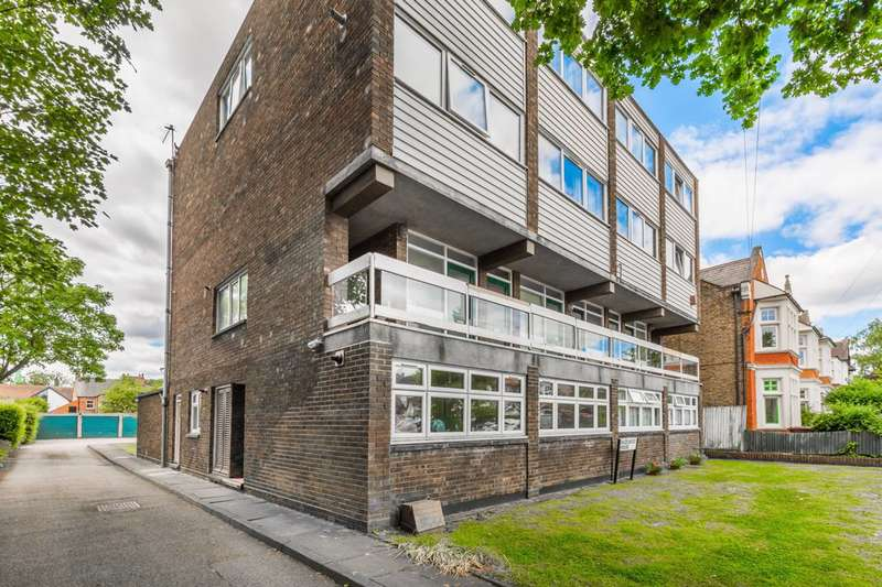 1 Bedroom Flat for sale in Connaught Avenue, Chingford, E4
