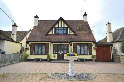 4 Bedrooms Bungalow for sale in Rochford, Essex