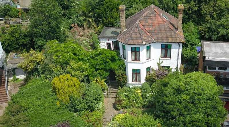 5 Bedrooms Detached House for sale in Leigh Park Road, Leigh-On-Sea