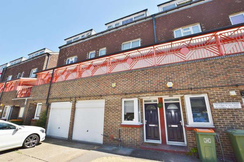 3 Bedrooms Maisonette Flat for sale in Hoskins Close, Custom House, London, E16 3RU