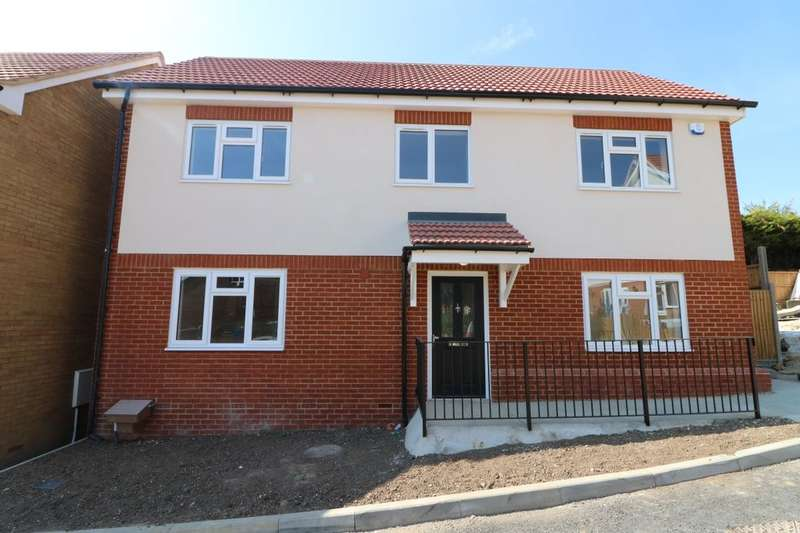 4 Bedrooms Detached House for sale in Hendon Gardens, Romford, RM5