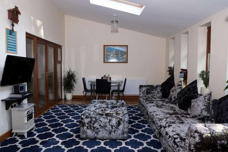 5 Bedrooms Semi Detached House for sale in Kingsmere Avenue Westpoint Manchester