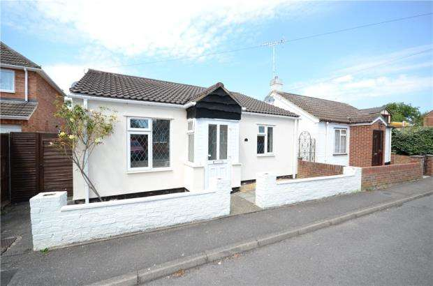 2 Bedrooms Detached Bungalow for sale in St. Johns Road, Sandhurst, Berkshire