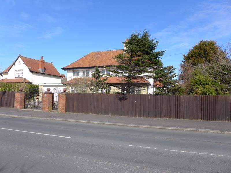 3 Bedrooms Detached House for sale in West Drive