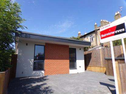 2 Bedrooms Bungalow for sale in Torrington Grove, North Finchley, London, .