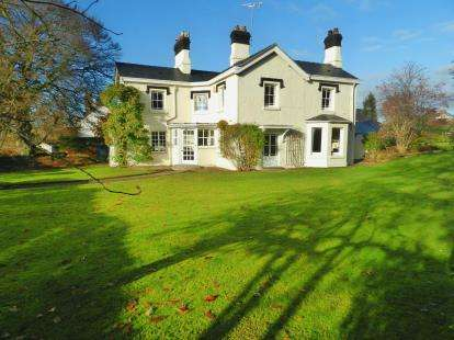 5 Bedrooms Detached House for sale in Parkgate Road, Neston, Cheshire, CH64