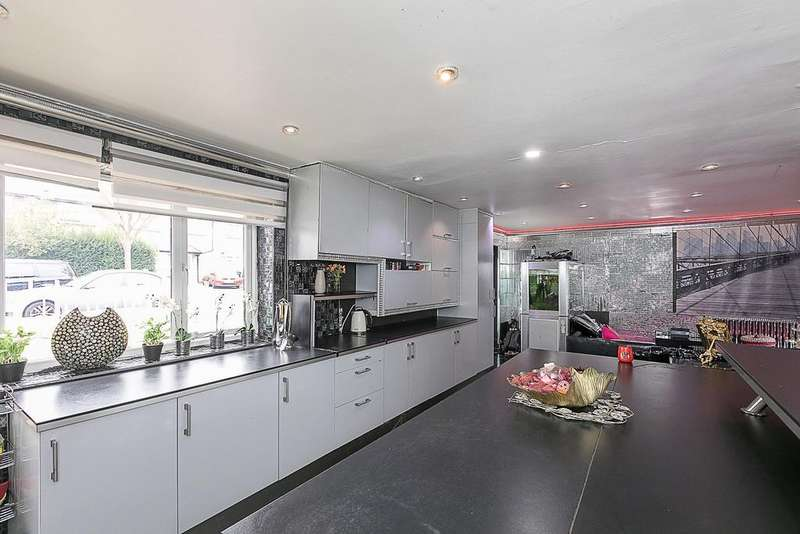 4 Bedrooms Terraced House for sale in Carlisle Avenue, Acton, London W3