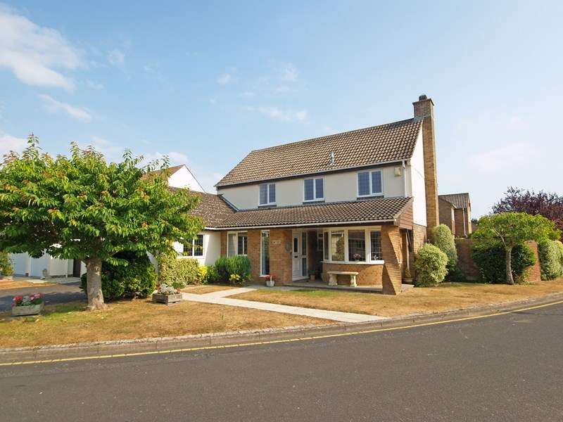 4 Bedrooms Detached House for sale in Medina Way, Friars Cliff, Christchurch