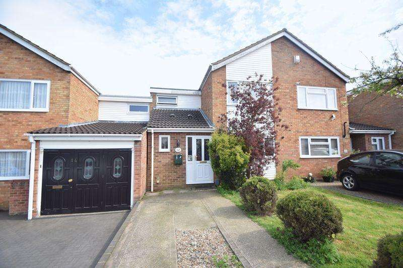 3 Bedrooms Semi Detached House for sale in Bracklesham Gardens