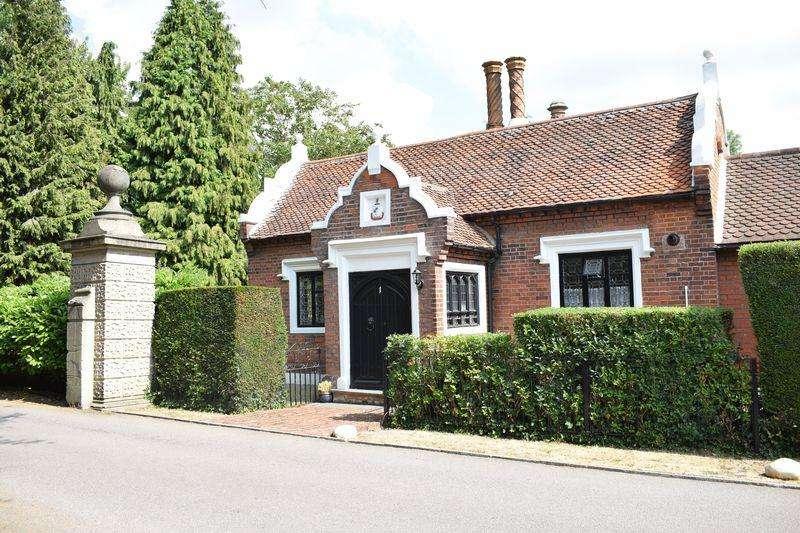 3 Bedrooms Detached Bungalow for sale in The Lodge, Pishiobury Drive, Sawbridgeworth