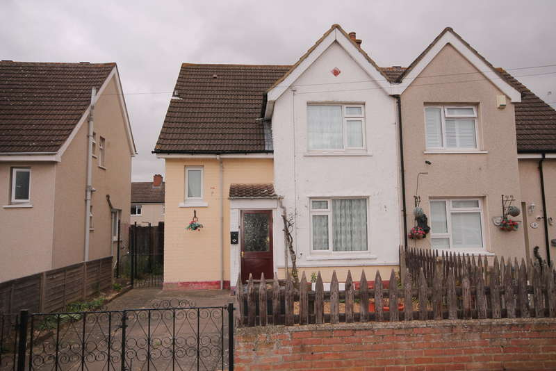 3 Bedrooms Semi Detached House for sale in Gifford Road, Bedford, MK42
