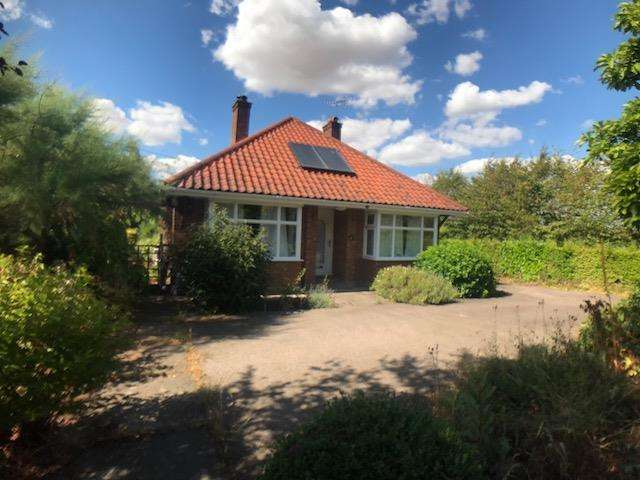 4 Bedrooms Detached Bungalow for sale in Yarmouth Road, Broome