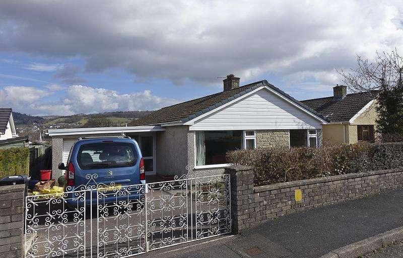 3 Bedrooms Bungalow for sale in Beechwood Road, Llangattock, Crickhowell, Powys.