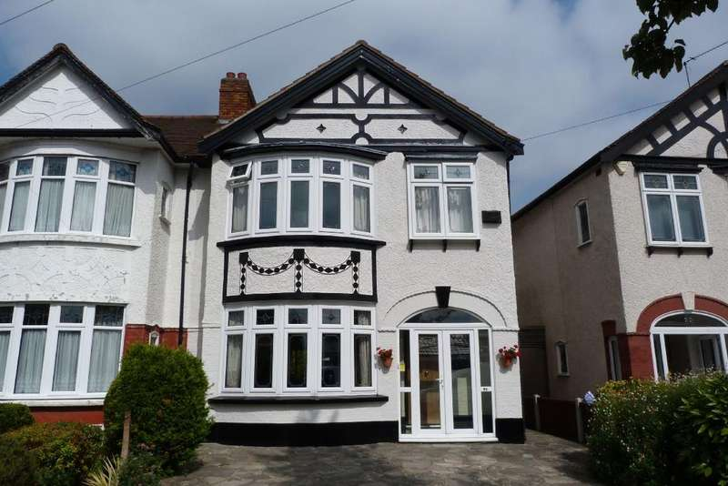 4 Bedrooms End Of Terrace House for sale in Northwood Gardens, Essex, Clayhall IG5