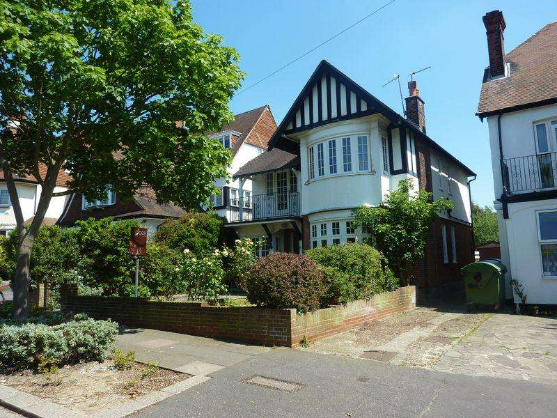 4 Bedrooms Detached House for sale in Drake Road, Westcliff-On-Sea